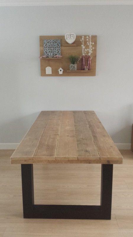Deze robuuste Industriële tafel is gemaakt van gebruikt hout, het tafelblad rust op 2 zwarte stalen u-model poten. Super geleefd hout en behandeld met een matte coating. €450 220x98x75 ook ander maten zijn mogelijk. www.gezellighout.nl