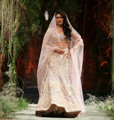 #ChitrangadaSingh in #TarunTahiliani #BridalLehenga