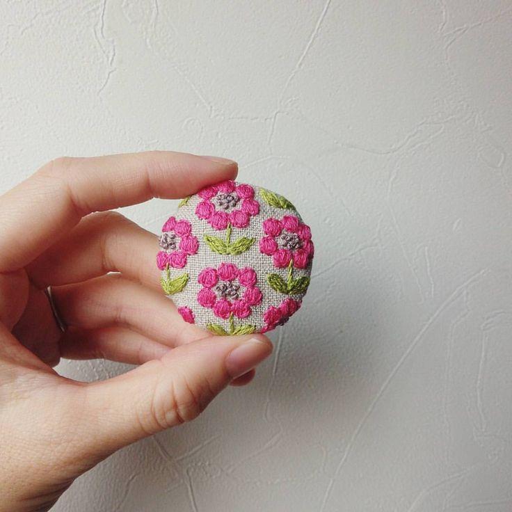 おはようございます☀ 今日も元気に製作を頑張ります✊ ・ ・ 11月の@rafustyle さんのアニバーサリーイベント、@itoiroito さんのコトマルシェに向けてブローチをたくさん作りたいです✨ #ブローチ #刺繍#お花#手仕事#ハンドメイド#handmade#kumako365#手芸#brooch #日々#雑貨