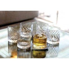 """Krystalglas til rom eller whiskey - Fri fragt. Nu kan du servere årgangsrom eller single malt for dine venner i smukke, mundblæste krystalglas. Newport står får klassisk elegance og høj kvalitet, som du absolut får i disse smukke glas. Sættet indeholder 6 glas hvor alle har forskellige facetter i glasset. Leveres i smuk gaveæske som du kan opbevarer glassene i. Perfekt til """"Whiskey on the rocks"""""""
