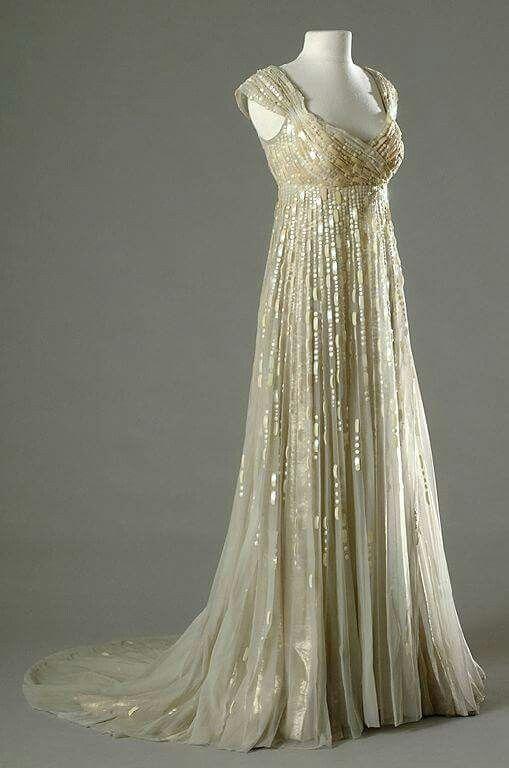 Dit kleedje nadoen maar met die gouden parels op eeen doirzichtige stof genaaid. En dan over een bedtaand kleedje zwieren