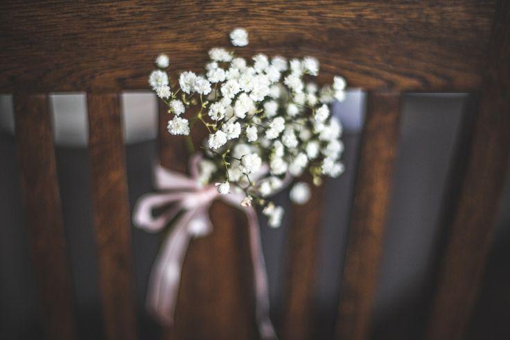 dekoracja krzeseł gości #decoration #wedding #flowers #rustic #chair #babybreath