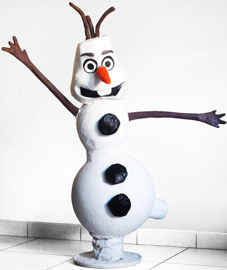 """Voila comment nous avons crée notre bonhomme de Neige Olaf en papier mâché (Elsa était trop occupée pour nous le faire). La star du Film d'animation """"la Reine des Neiges"""", a également été la star de l'anniversaire princesse de Lola."""