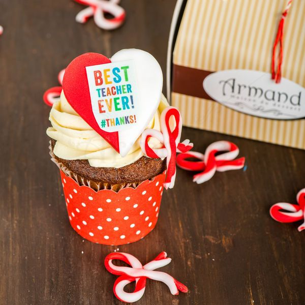 Cu acest cupcake special personalizat pentru doamnele invatatoare sau profesoare, poti oferi un martisor dulce, elegant si rafinat. Vine la pachet cu hartuita decorativa si cutia legata cu snur traditional.  Pret unitar : 16 lei / BUC