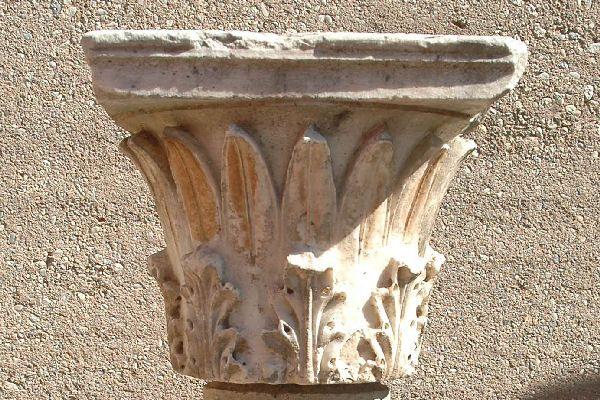 Capitello a calice nel museo di Corinto http://www.livius.org/a/greece/corinth/aeolian_capital.JPG
