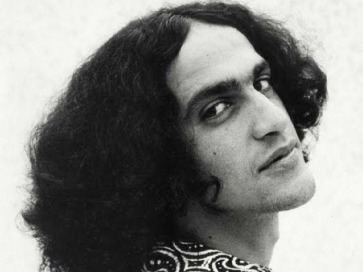 Criado e produzido durante o exílio europeu de Caetano Veloso em 1971, o disco é revivido no palco do Teatro do Sesc Pompeia, interpretado pelo cantor e compositor paulistano Romulo Fróes.