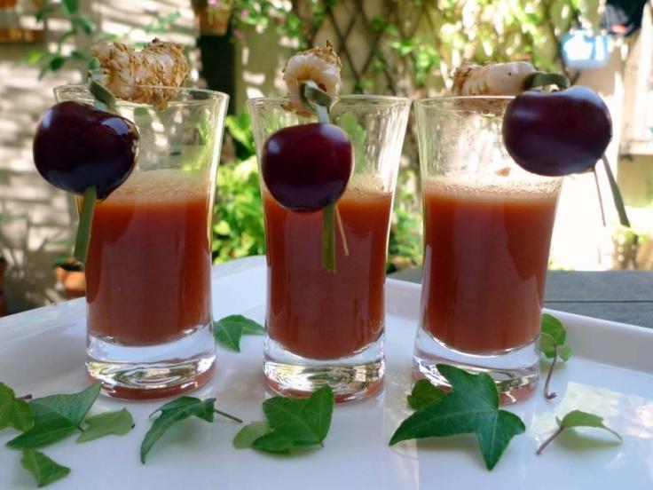 Este gazpacho de cerezas es un aperitivo ideal para refrescarse este verano.      [ad#horizontal]    Con el calor