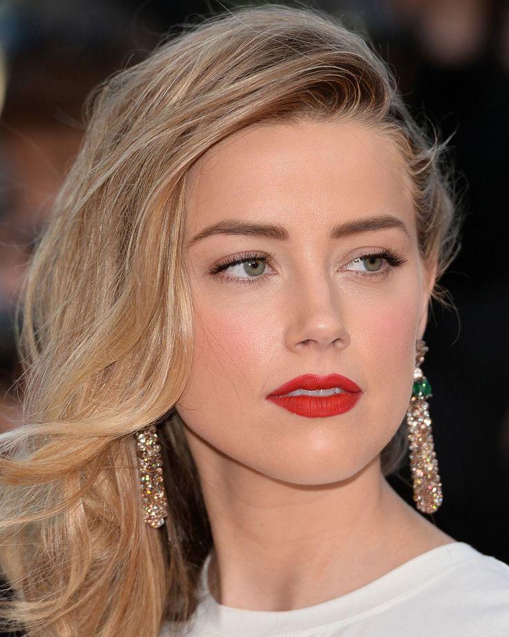 Olha, tá pra nascer pessoa mais maravilhosa que a Amber Heard no quesito maquiagem. Sabe aquela celebridade que tudo que usa, por mais simples ou estranho que seja, lacra? Pra mim, é ela! Ela consegue ficar linda com tudo, com brilho demais no rosto, com batom laranja (nada contra, mas não curto, kkkk), com esfumado que parece que dormiu de make, acordou e foi (sério, tem fotos que provam que ela consegue ficar linda mesmo assim!)… Essa foto tem zero a ver com o post, mas merece estar aqui…