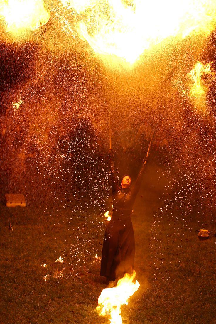 Lara Castiglioni. Dompteuse de feu. Magnifique artiste. Spectacle Neige de feu au festival des Nuits Peplum d'Alésia le 26 juillet 2014. Photo Gaëlle Michea.