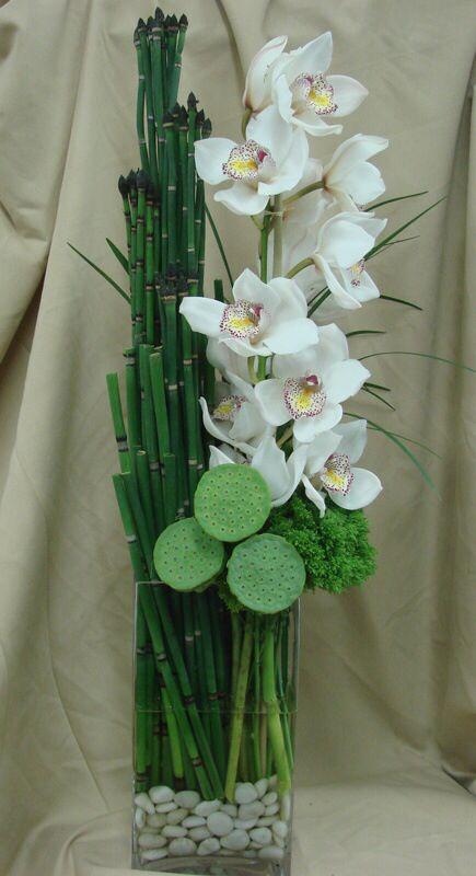 Con orquídeas. (El florero con piedritas, muy original)