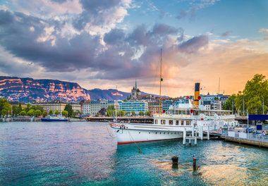 """Genf ist nicht """"nur eine andere"""" saubere Stadt in der Schweiz. Okay, es sieht aus wie auf den ersten und zweiten Blick, aber der dritte Blick kann eine Freude beweisen. Mit Kopfsteinpflasterstraßen erinnert die Stadt an die stereotypen Schweizer Bilder in den Medien. In Wirklichkeit hat Genf eine geschäftige Untergrundbahn von Live-Musik, Kunst und allgemeinem Spaß. Vier Aspirin und zwei Flaschen Wasser später kann ich sicherlich bezeugen. Der einzige Weg, um Ihr Haar in Genf zu lassen, ist…"""