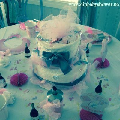En av våre bleiekaker - Diaper Cakes. www.dinbabyshower.no har det du trenger for å lage din egen bleiekake, eller en som er ferdig laget:)