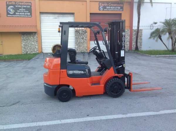 Forklift for sale in Miami 2003 Toyota model 7FGCU25 triple mast side shifter LP Gas ready to work $10,900
