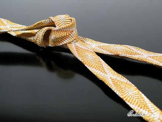 【帯締め 唐組・金】 黒留袖や色留袖に合わせていただきたい定番の帯締め、金の唐組の帯締めです。  柔らかな締め心地や格調高い唐組の組み方は、礼装を彩る帯締めに相応しい風格ですね。   訪問着にもどうぞ。