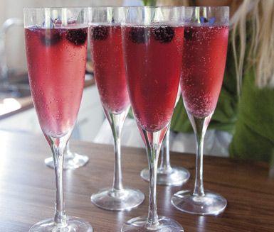 Behöver du en välkomstdrink till festen? Prova denna Björnbär royal, en drink med söt björnbärssaft, is och torr cider snyggt dekorerad med lime och färska björnbär. Uppfriskande och svalkande.