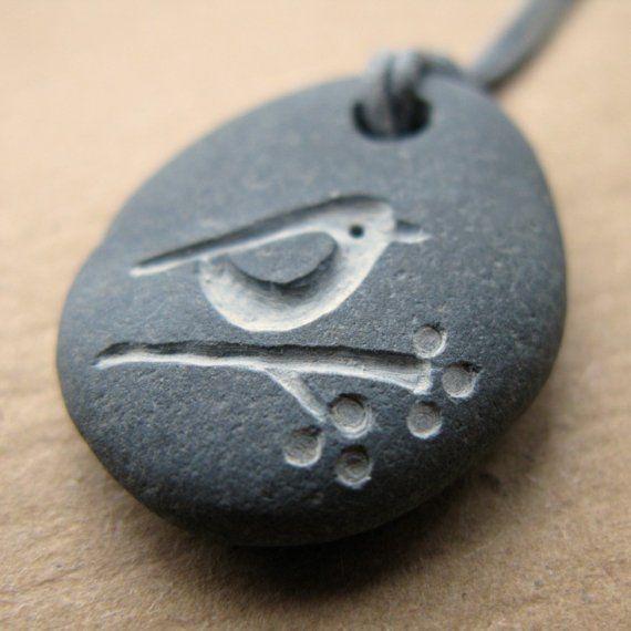 Vogel und Beeren-Strand-Kiesel-Halskette von birdahoy auf Etsy