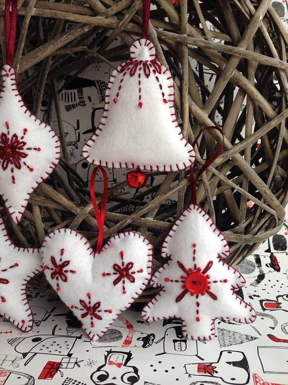 Handgemachte Weihnachtsdekoration aus Filz, hängende Dekoration, skandinavisch / nordisch inspiriert, Set mit 5 Ornamenten – Herz, Stern, Kugel, Baum, Jingle Bell