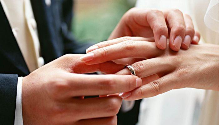 Мужчина купил своей невесте дешевое обручальное кольцо, и вот, что произошло