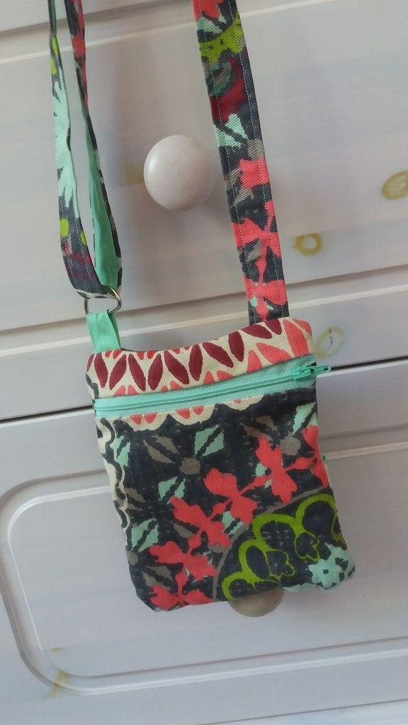 Diaporama sac bandoulière réglable Je voulais remplacer le petit sac bandoulière que Mathilde avait trouvé sur le marché l'année dernière mais qui n'a pas tenu le choc. J'avais en tête plusieurs idées de petits sacs, et j'ai finalement opté pour une poche