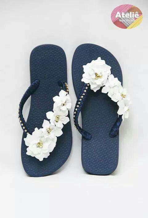 Chinelos com flores de couro branco