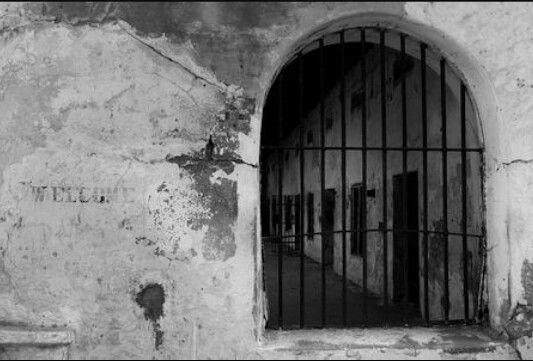 Dit is de gevangenis waar Harry tijdelijk verblijft. De dorpelingen denken dat hij een heks is. Zij weten niks van de donkere getallen. Hij wordt gevangen genomen voor een dag daarna zou hij vermoord worden.