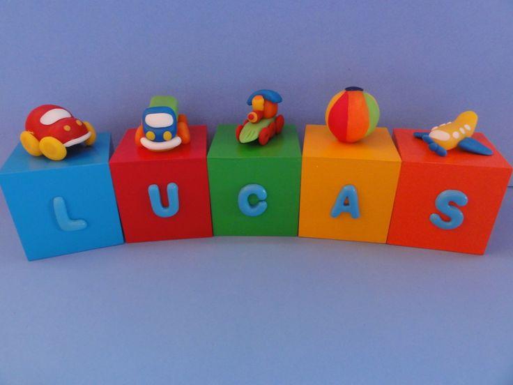Cubos em mdf, pintados, envernizados e decorados com letras e brinquedos modelados em biscuit. <br>Valor referente a 5 cubos.