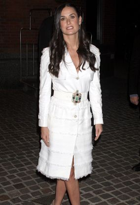 Completely elegant in her white coat dress   Robe Manteaux ...