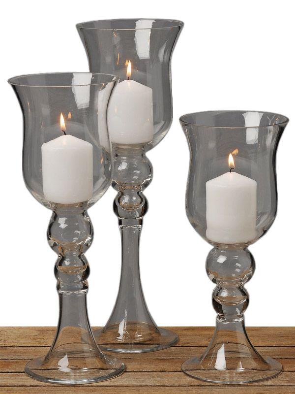 Exprimă eleganţă şi rafinament prin intermediul setului de pahare pentru lumânări Jasi. Setul este constituit din 3 pahare cu picior din sticlă de înălţime cuprinsă între 30 şi 40 cm. Fie că doreşti să creezi un aranjament pe o masă în cadrul unui eveniment, fie că le foloseşti pentru decorarea propriului cămin, paharele pentru lumânări vor fi întotdeauna soluţia perfectă.