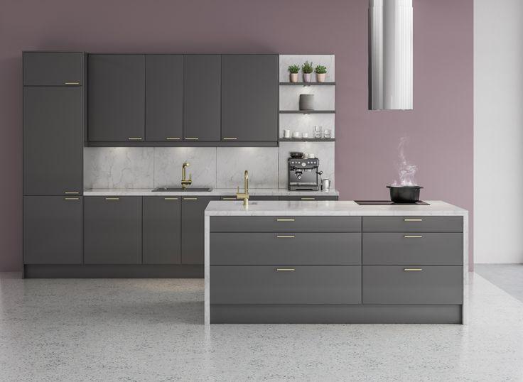 Urbaania kontrastia – tyylipuhtaassa keittiössä on voimakkaita kontrasteja, kun tummanharmaa kohtaa marmorin ja tyylikkään messingin. Integroitu jääkaappipakastin ja muut kodinkoneet antavat koko keittiölle yhtenäisen ja selkeän ilmeen, joka huokuu samalla trendi- ja tyylitietoisuutta.