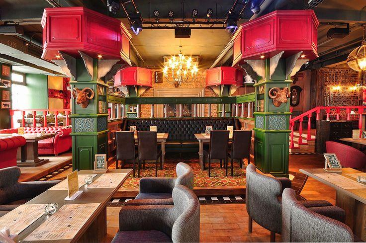 Главной задумкой ресторатора было создание космополитичного авангардного ресторана, в котором есть немного от паба, бара и винокурни. Идея была не заполнить, а подчеркнуть интерьер арт-объектами.
