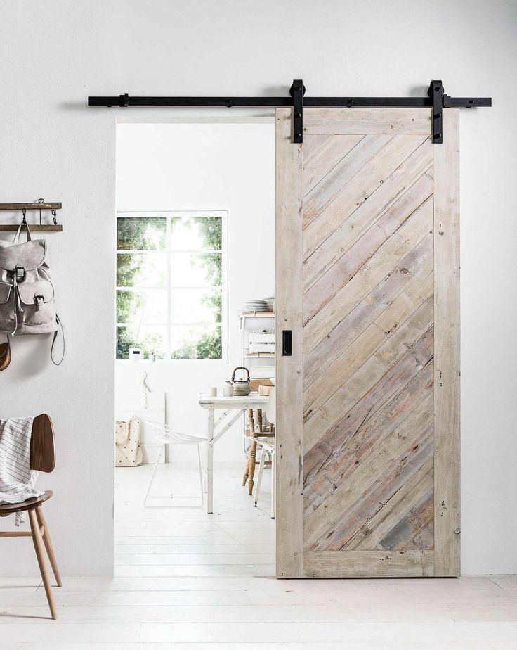 DIY: stoere houten schuifdeur | DIY: robust wooden sliding door | vtwonen 10-2017 | Fotografie Sjoerd Eickmans | Styling Kim van Rossenberg | Uitvoering Richard van Meerveld