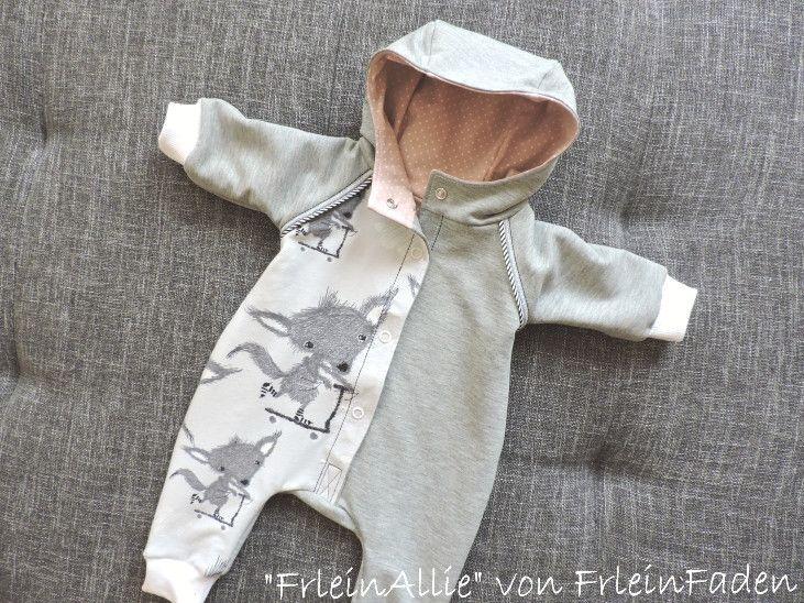 """Der Baby Overall """"FrleinAllie"""" ist ein sehr bequemer Schnitt für Mädchen und Jungen mit Kapuze und großer Knopfleiste zum bequemen an- und ausziehen.  Ihr könnt Ihn in den Doppelgrößen 50/56,..."""