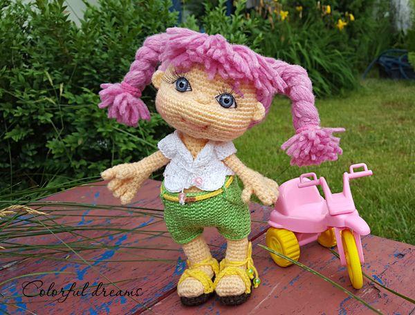 Der Sommer neigt sich dem Ende zu. Das kleine Sommer Mädchen Rosalie hält, mit ihrem bunten und sorgenlosen aussehen, den Sommer im Haus fest. Sie liebt es draußen zu sein und genießt lange Ausflüge mit dem Fahrrad. Die Puppe ist ca 20cm groß. Je na