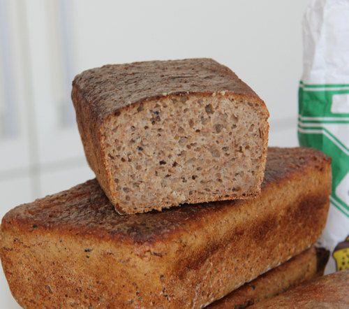 Jaki chleb na początek?  500g zakwasu + 500g mąki + ok. 200g wody + 1 łyżka soli