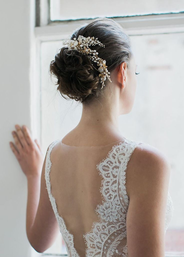 Feminine and fierce, the Iris wedding hair comb is an enchanting headpiece full of exquisite details. Inspired by the Iris flower set in blossoms...