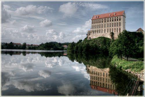 ZÁMEK PLUMLOV Ve vodách Plumovské přehrady se zrcadlí monumentální zámek Plumlov. Stavba tohoto raně manýristického zámku na místě hradu ze 13. století byla započata roku 1680 Janem Adamem z Liechtenštejna. Ze čtyř zamýšlených velkolepých křídel však bylo postaveno pouze jedno. Mimořádně působivé je především průčelí, členěné mohutnými představenými sloupy.