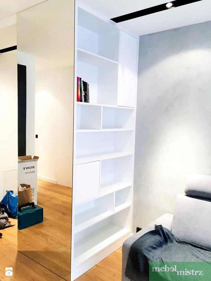 Regał biały lakierowany (z drugiej strony szafa) na boku lustro od podłogi do sufitu - zdjęcie od Mebel-Mistrz - Salon - Styl Nowoczesny - Mebel-Mistrz