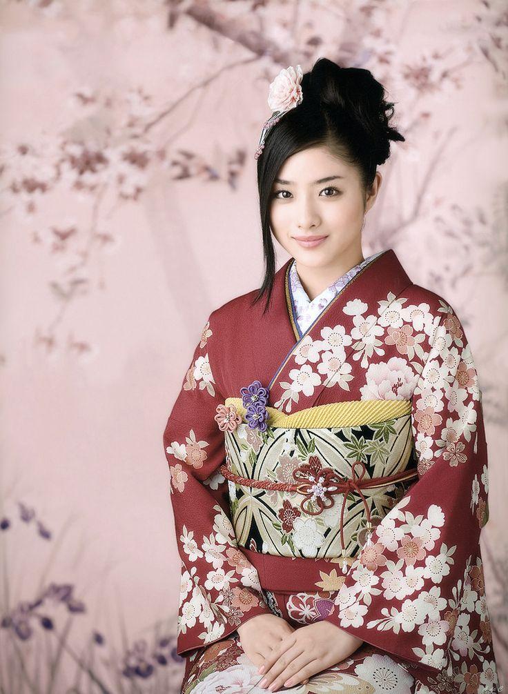 thekimonogallery:    Contemporarykimono and obi worn bySatomi Ishihara. Image via g2slp of Flickr