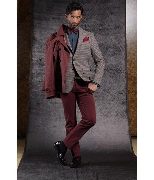 Il pantalone cino mantiene intatto uno stile rilassato e di tendenza, abbinato ad una giacca dal taglio elegante per un look dal sapore smart-casual.