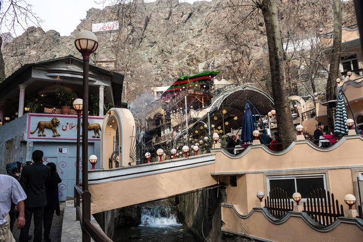 Şehrin kalabalığından kurtulmak ve Tahran halkının hafta sonu gezilerine ortak olmak isterseniz Darband'ı ziyaret etmelisiniz. Darband'da İran kebaplarını tadabilir, dağ manzarasının keyfini çıkarabilirsiniz. Yürüyüşünüze uygun rahat ayakkabılar giymeyi unutmayın :)