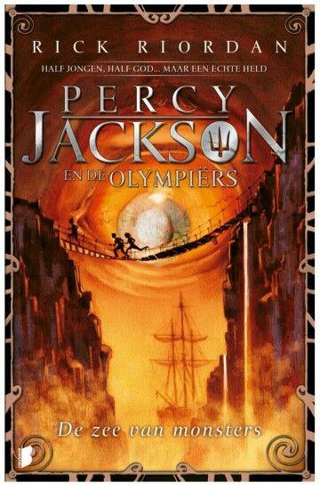 Percy Jackson 2: de zee van monsters: De zee van monsters, het spetterende tweede deel in de Percy Jackson-reeks.Als de boom van Thalia op geheimzinnige wijze vergiftigd raakt, vervagen de magische grenzen van Kamp Halfbloed. Percy heeft maar een paar dagen om het kamp te redden, voor het door een horde monsters overspoeld wordt. Hij gaat met zijn vrienden op reis over de Zee van Monsters om het magische tegengif te vinden. Onderweg ontdekt hij een gruwelijk geheim over zijn familie…