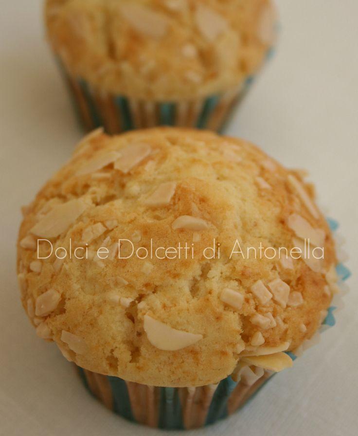 I muffin al cioccolato bianco e mandorle sono dei dolcetti dal sapore delicato che potete offrire ai vostri ospiti in ogni occasione.