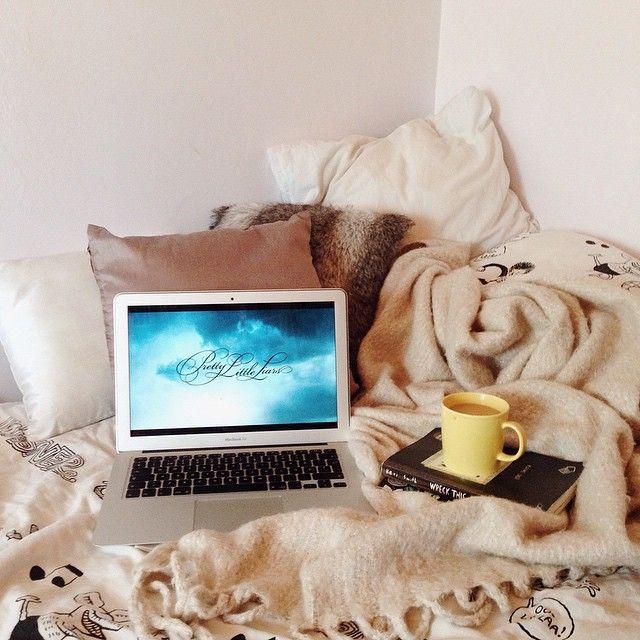 - Passer la journée à regarder des séries ou des films