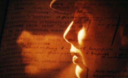 Eva Österberg, Ich hieß Sabina Spielrein Die Russin Sabina Spielrein (1885-1942) war Patientin des Psychiaters C. G. Jung, dann seine Geliebte und später selbst Psychoanalytikerin. - Kluger Mix aus Spielszenen (mit Eva Österberg als Spielrein) und Archivmaterial.  mehr bei Cinema.de: http://www.cinema.de/film/ich-hiess-sabina-spielrein,1311299.html Copyright © Cinema.de