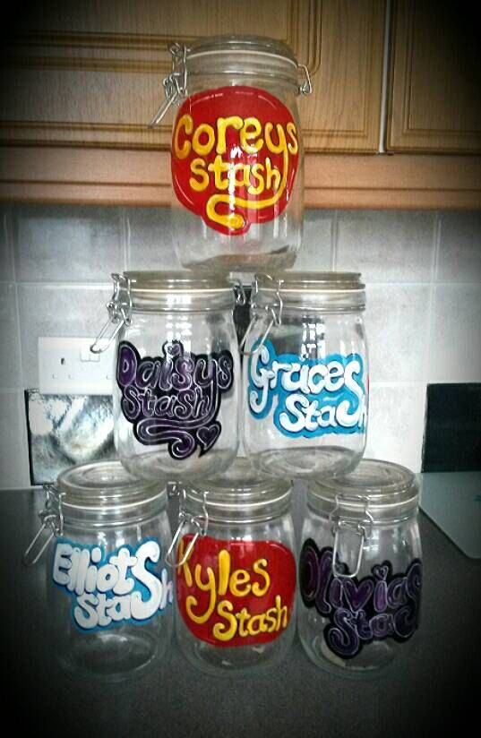 No more arguments about whose sweets are whose with theses personalised sweet jars. The jars are handpainted in the UK and can be ordered in any colour combination. The jars are washable too. Just add a note when ordering stating what name and colours youd like, wait for you jar to arrive and fill with your favourite sweets. (Sweets not included)