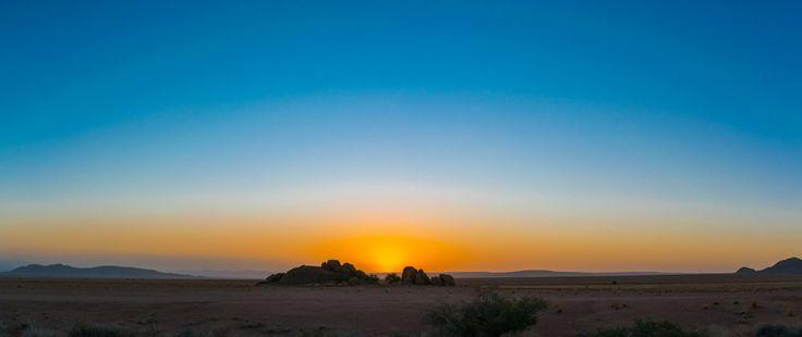 Panorama van een zonsondergang in de Namib woestijn