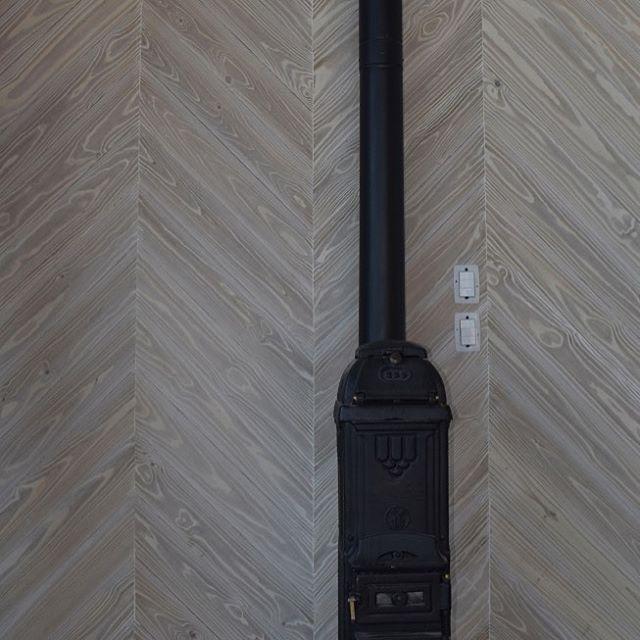 Parede revestida com nosso carbonizado claro - branco, provençal se preferir!! Paginação chevron, compondo-se à lareira irlandesa de ferro fundido. #madeira #madeiraecologica #madeiracarbonizada #parede #revestimentodeparede #arquitetura_sp #sala #saladelareira #lareira #woods #woodburning #woodworking #shousugiban #yakisugi #woodwalls #fireplaceroom #fireplace #architecture