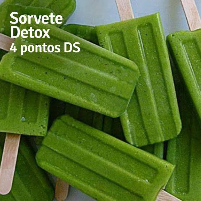 Picolé Detox Ingredientes: - 2 rodelas de abacaxi - 2 folhas de couve manteiga - 6 folhinhas de hortelã - 500 ml de água de coco - Adoçante stévia a gosto  Modo de preparo Bata no liquidificador a couve, o abacaxi e a hortelã com água de coco gelada. Não coe para não perder as fibras do suco. Adoce a gosto. Coloque em forminhas de picolé e leve ao congelador.