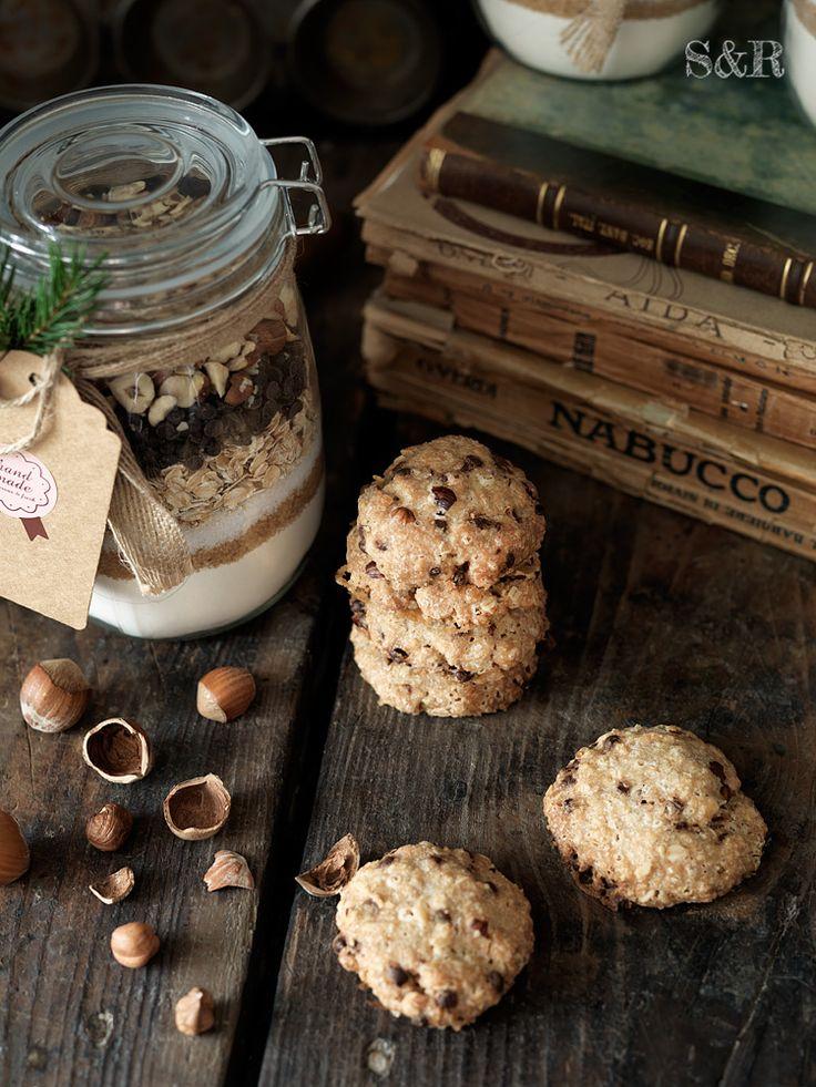 Preparato per cookies al cioccolato e nocciole: ecco come riciclare i barattoli di vetro e stupire gli amici con un goloso regalo di Natale, trovate la ricetta su www.salviarosmarino.com Jarscookies #sharenatalealverde