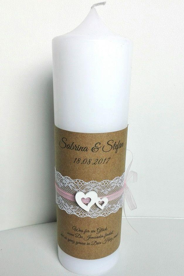 Moderne Kerze Zur Hochzeit Vintage Rustikal Weiss 25x7 Cm Mit Braunem Kraftpapier Umwickelt Bedruckt Mit Namen Hochzeitskerze Moderne Kerzen Kerze Hochzeit